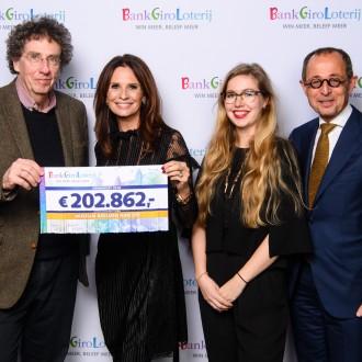 van links naar rechts: Jan Teeuwisse (directeur Beelden aan Zee), Leontien Borsato (ambassadeur BankGiro Loterij), Elin Baarda (PR & Marketing BAZ), Isaac Kalisvaart (Penningmeester BAZ)