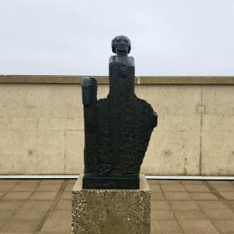 Het beeld van Jan Bronner op een van de terrassen van Beelden aan Zee