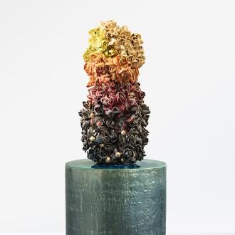 Torso gehuld in gouden, gele, oranje, rode en zwarte bloemen