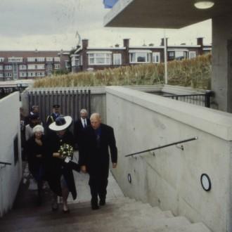 Koninging Beatrix en Theo Scholten lopen de trap op tijdens de opening van BAZ