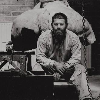 Foto van Arthur Spronken poserend in zijn atelier